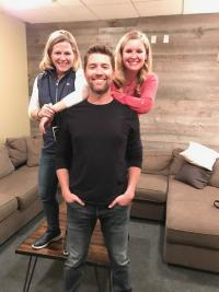 Josh Turner Finds 'Pretty Little Hometown Girls' In Chicago